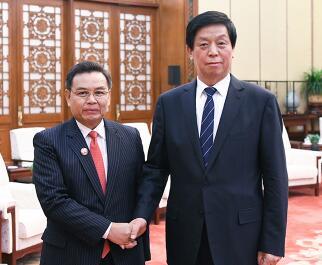 栗战书在人民大会堂会见了老挝建国阵线中央主席赛颂蓬